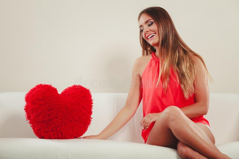 Mujer con la almohada de la forma del coraz?n Amor del d?a de tarjeta del d?a de San Valent?n imagenes de archivo