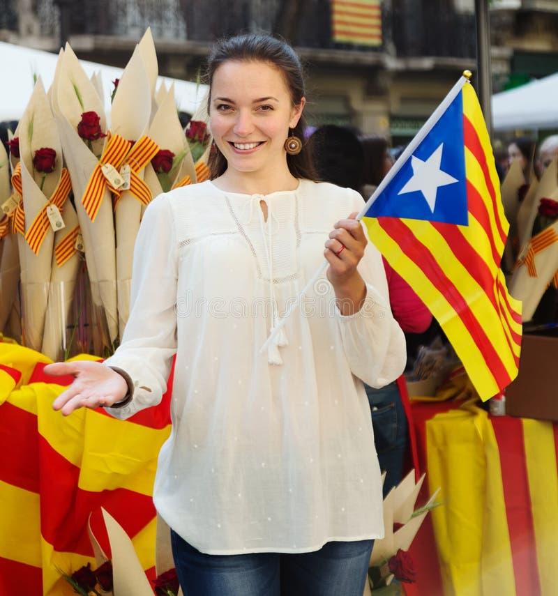 Mujer con la bandera catalana fotos de archivo