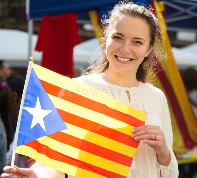 Mujer con la bandera de Cataluña foto de archivo