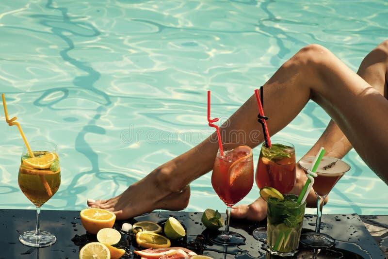 Mujer con la bebida alcohólica y la fruta imagenes de archivo
