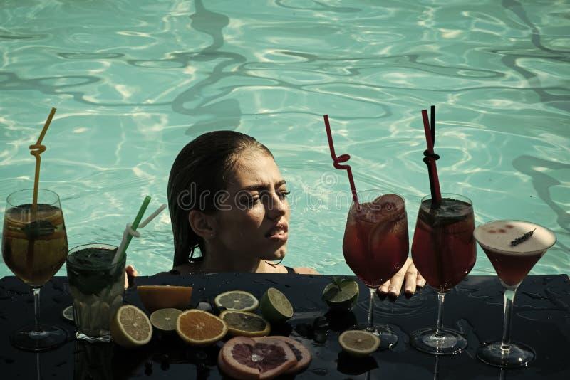 Mujer con la bebida alcohólica y la fruta imagen de archivo libre de regalías