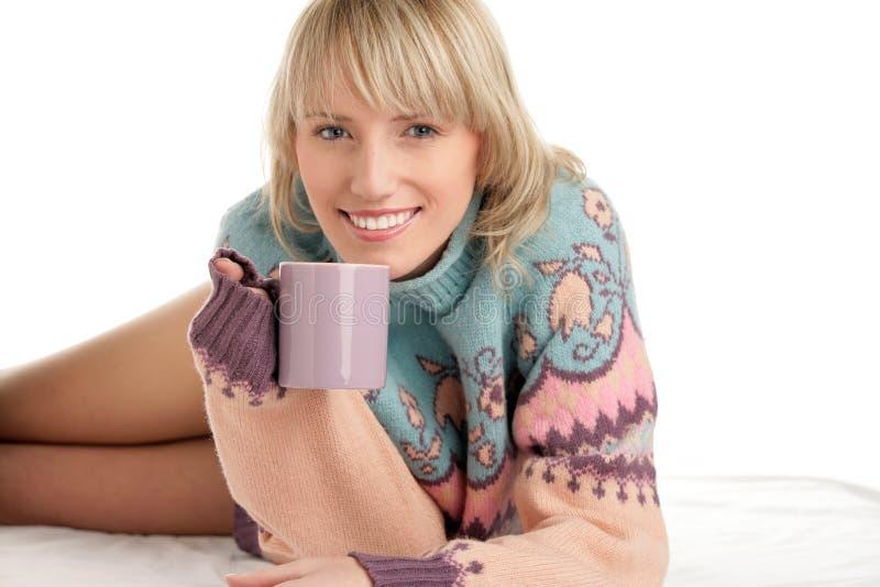 Mujer con la bebida caliente imagen de archivo libre de regalías