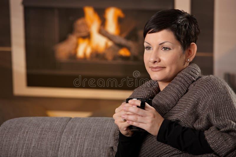 Mujer con la bebida caliente imagen de archivo