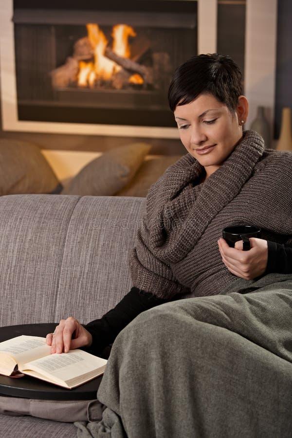 Mujer con la bebida caliente fotos de archivo libres de regalías