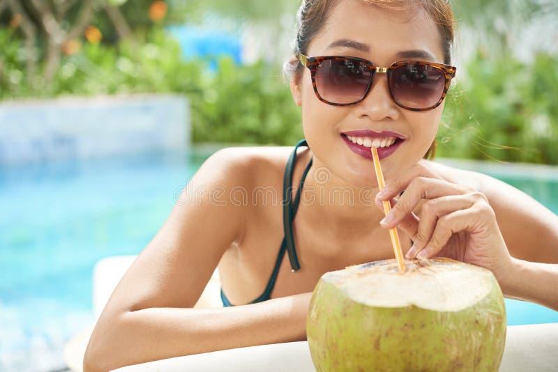 Mujer con la bebida del coco fotografía de archivo libre de regalías