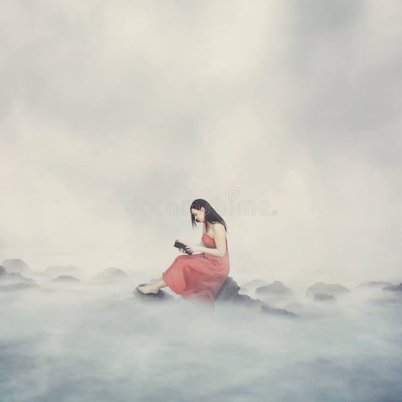 Mujer con la biblia en nubes. foto de archivo