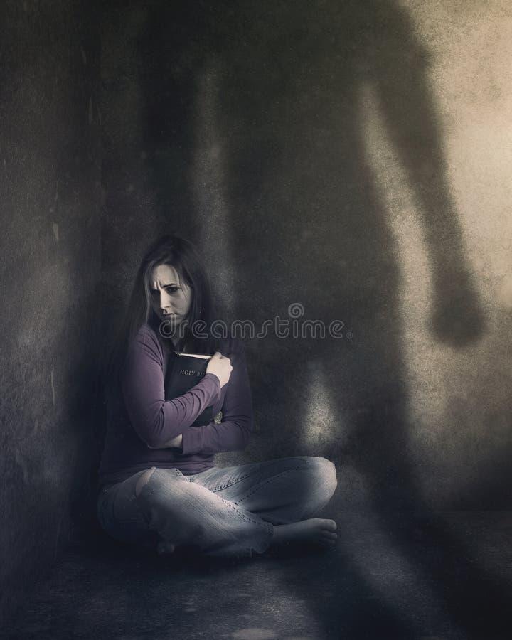 Mujer con la biblia y la sombra foto de archivo