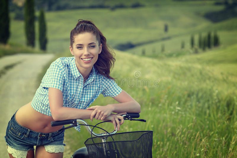 Mujer con la bici al aire libre, verano Toscana del vintage imágenes de archivo libres de regalías