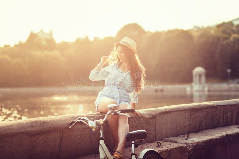 Mujer con la bicicleta del vintage fotos de archivo
