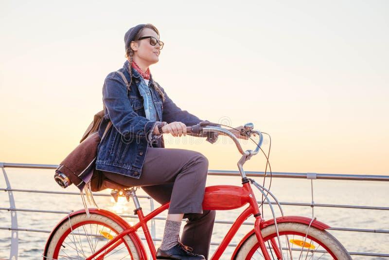 Mujer con la bicicleta del vintage imagenes de archivo