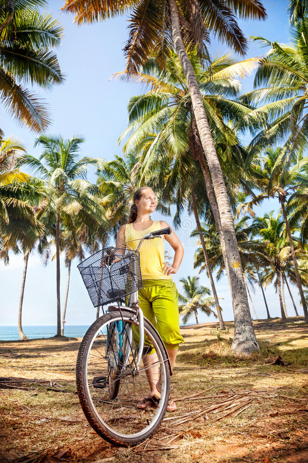 Mujer con la bicicleta en naturaleza fotos de archivo libres de regalías