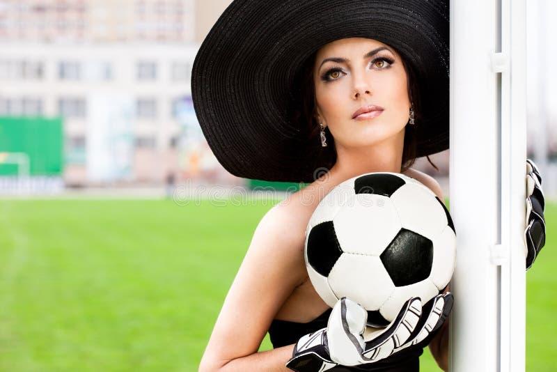 Mujer con la bola del balompié imagen de archivo libre de regalías