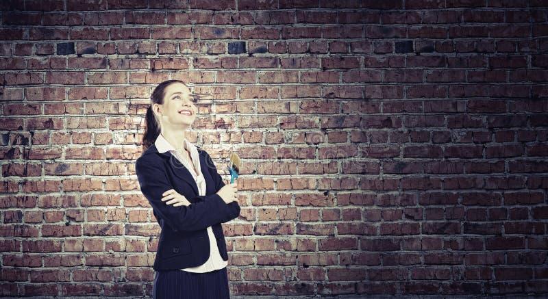 Mujer con la brocha foto de archivo libre de regalías