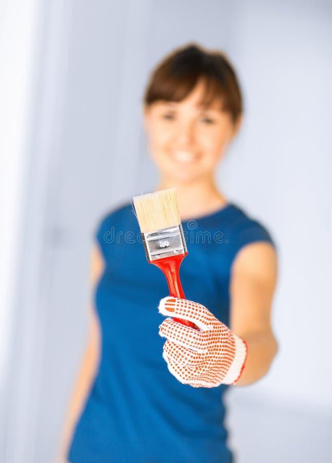 Mujer con la brocha foto de archivo