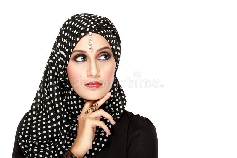 Mujer con la bufanda negra que mira para arriba para copiar el espacio foto de archivo