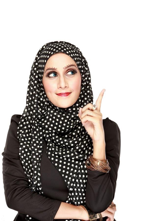Mujer con la bufanda negra que mira para arriba para copiar el espacio fotografía de archivo