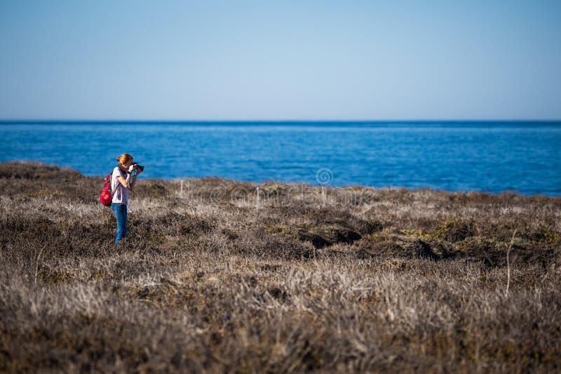 Mujer con la cámara fotos de archivo libres de regalías