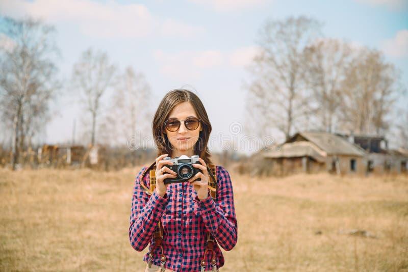 Mujer con la cámara de la foto imagenes de archivo