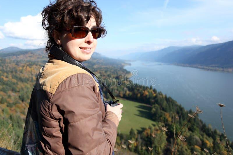 Mujer con la cámara de SLR imagen de archivo libre de regalías