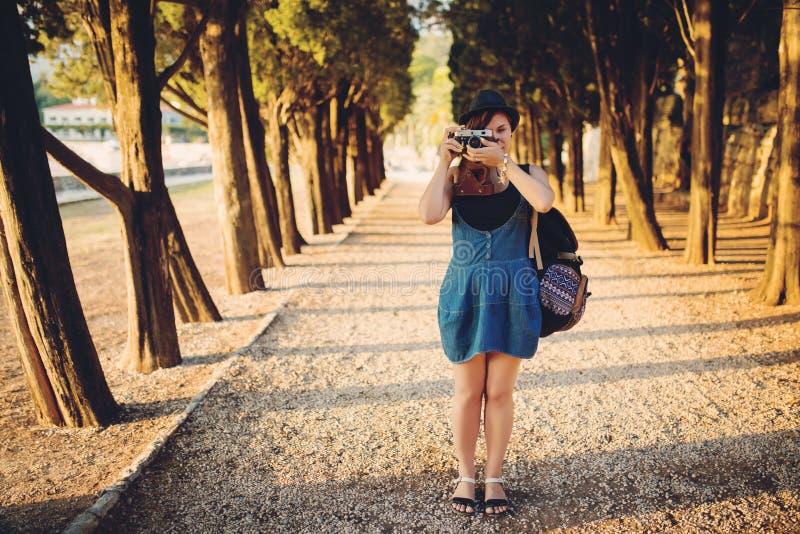 Mujer con la cámara del vintage en callejón del parque fotos de archivo libres de regalías