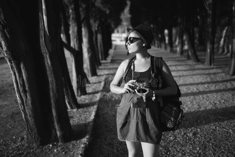 Mujer con la cámara del vintage en callejón del parque imágenes de archivo libres de regalías