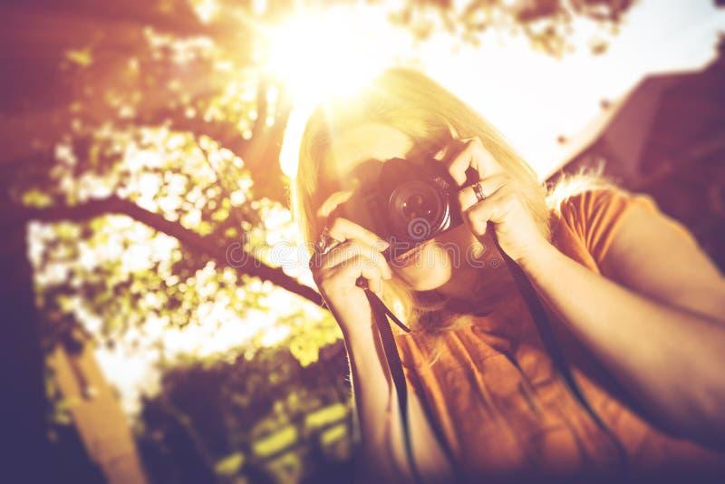 Mujer con la cámara vieja imagen de archivo