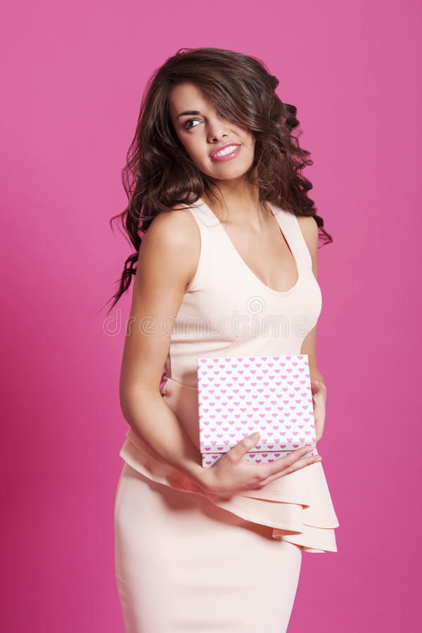 Mujer con la caja de regalo imagenes de archivo
