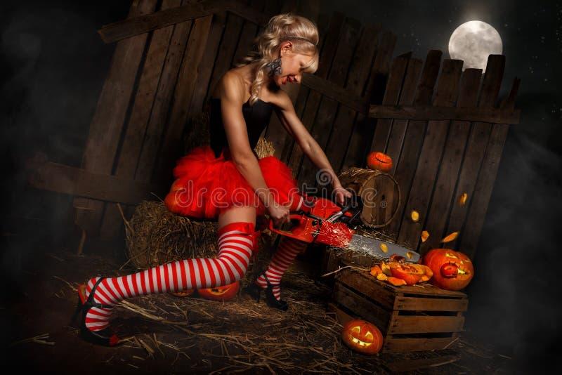 Mujer con la calabaza de Halloween foto de archivo libre de regalías