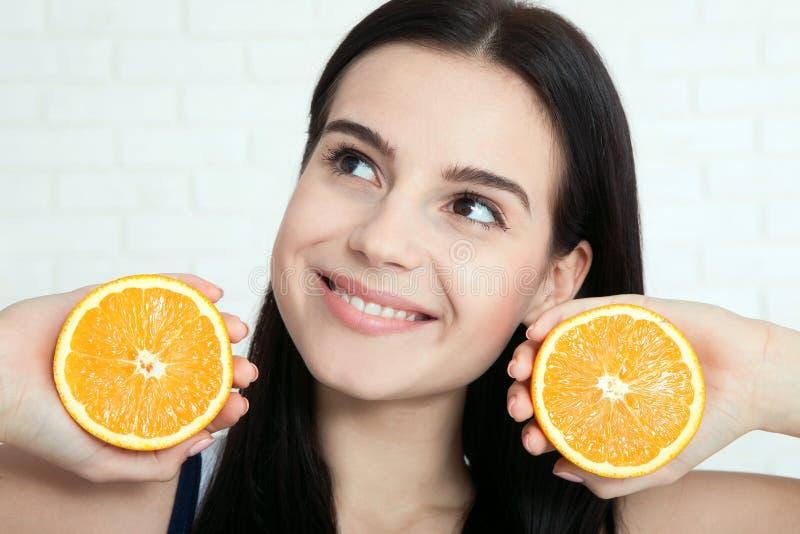 Mujer con la cara anaranjada del primer Las mujeres hermosas existen para limpiar la piel en la cara Mujer asiática foto de archivo libre de regalías