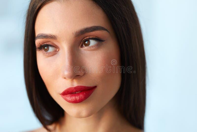 Mujer con la cara de la belleza y los labios rojos hermosos del maquillaje y atractivos imagen de archivo