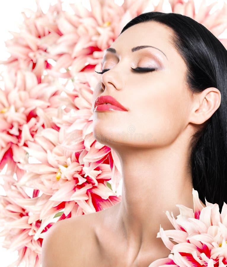 Mujer con la cara hermosa y las flores frescas fotos de archivo