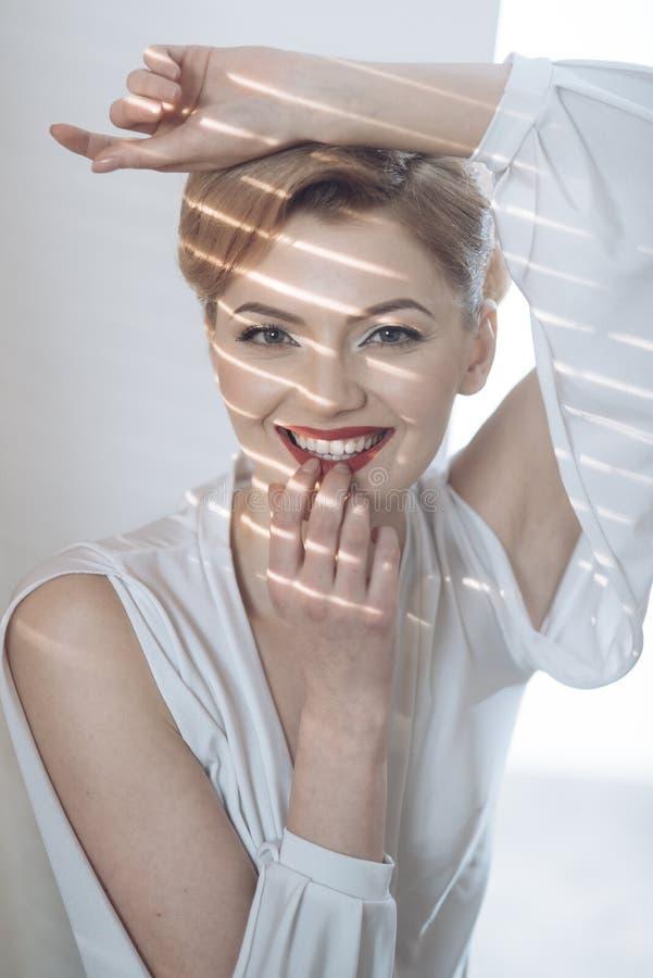 Mujer con la cara sonriente con los dientes blancos como la nieve imagen de archivo libre de regalías