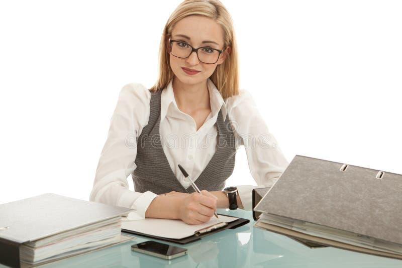 Mujer con la carpeta en el escritorio aislado foto de archivo