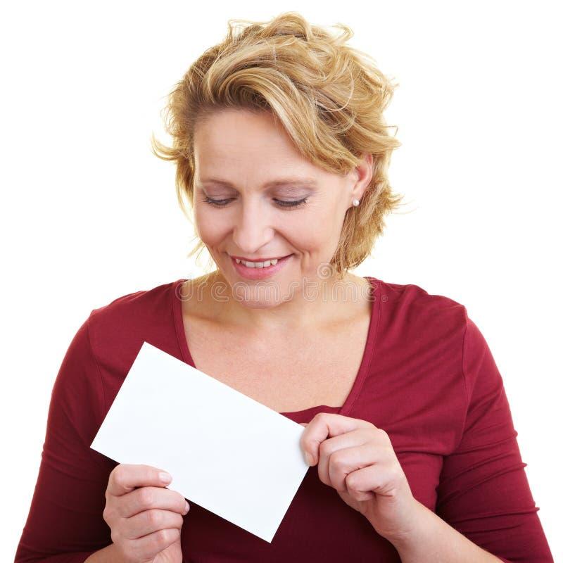 Mujer con la carta imágenes de archivo libres de regalías