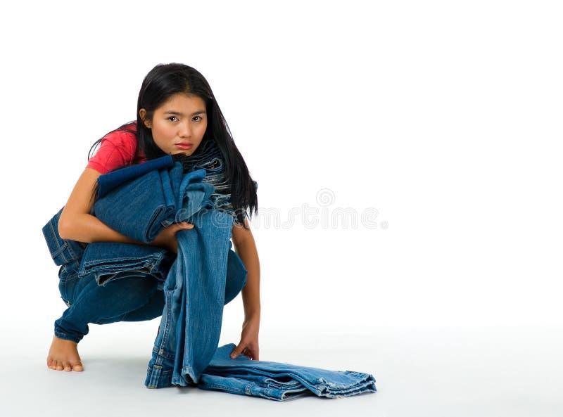 Mujer con la colección de los pantalones vaqueros fotografía de archivo