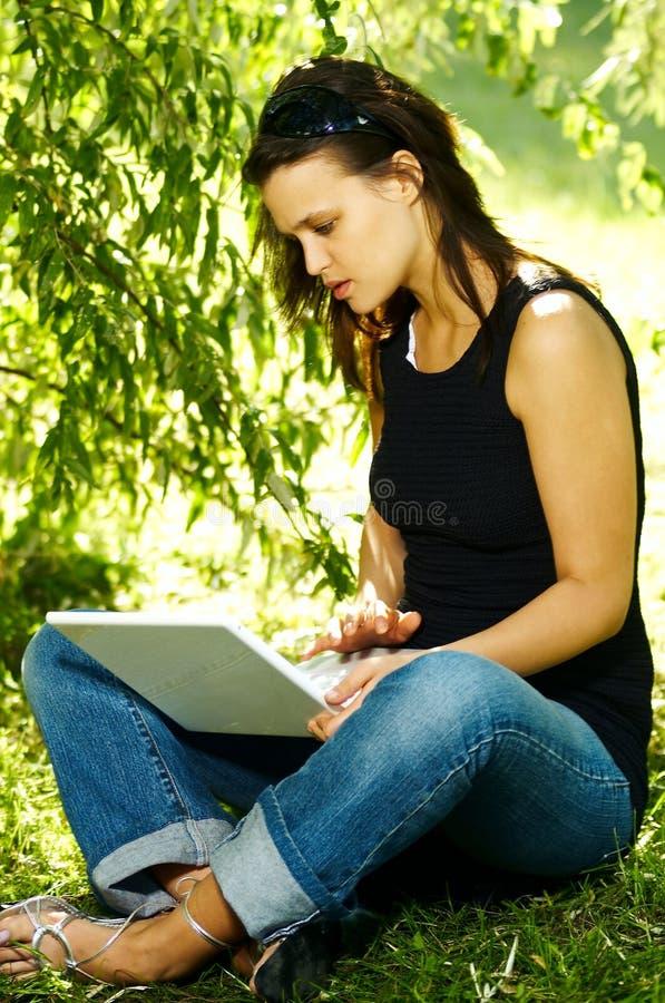 Download Mujer Con La Computadora Portátil Imagen de archivo - Imagen de otoño, daydream: 1282199