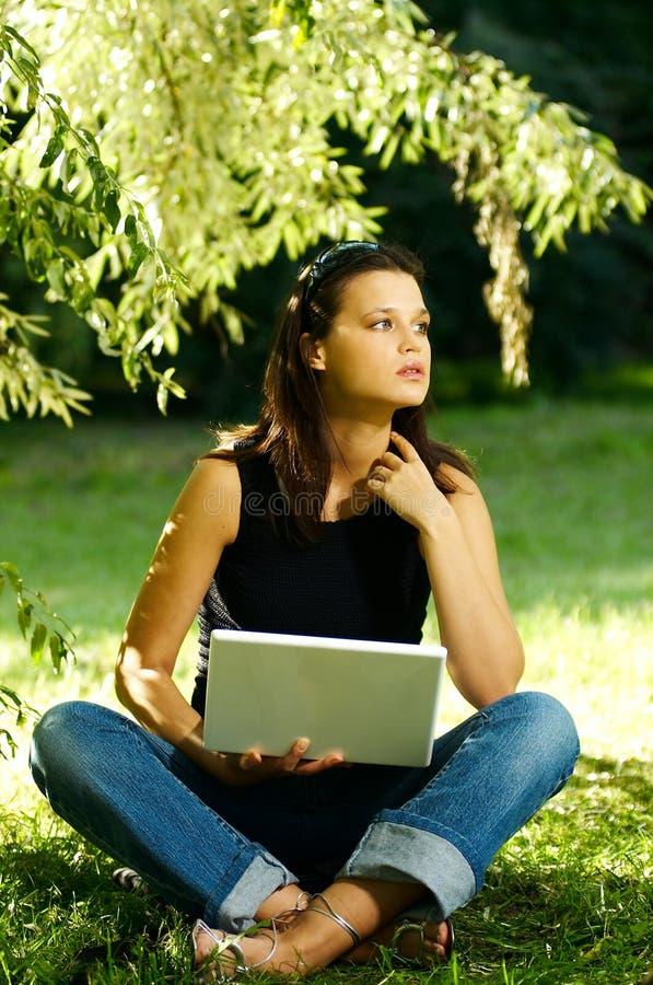 Download Mujer Con La Computadora Portátil Foto de archivo - Imagen de belleza, outdoors: 1282202