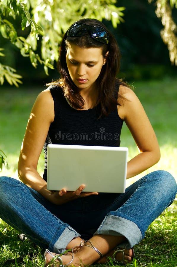 Download Mujer Con La Computadora Portátil Foto de archivo - Imagen de humores, flores: 1282206