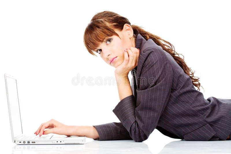 Mujer con la computadora portátil foto de archivo libre de regalías