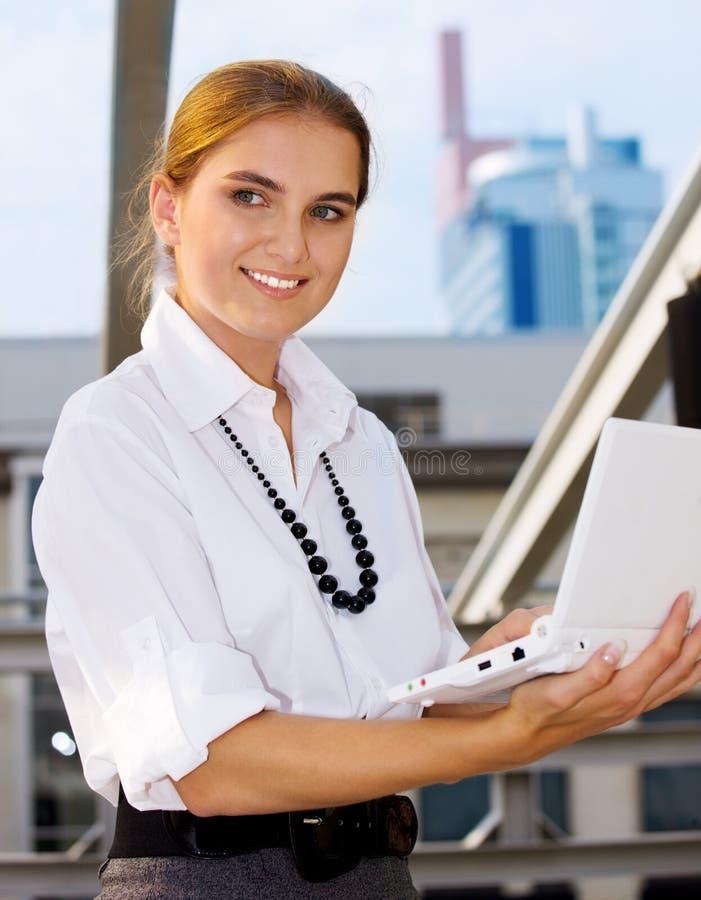 Download Mujer Con La Computadora Portátil Imagen de archivo - Imagen de elegante, hermoso: 41905523