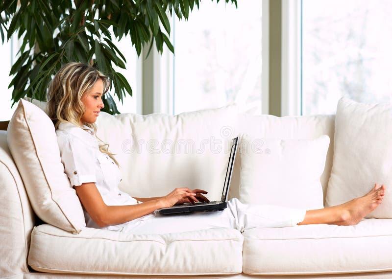 Mujer con la computadora portátil imagenes de archivo