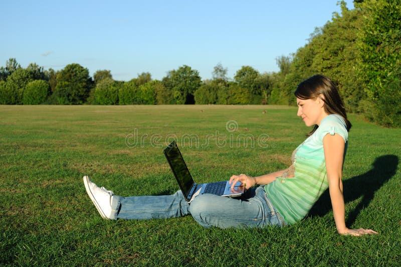 Mujer con la computadora portátil al aire libre imagen de archivo libre de regalías