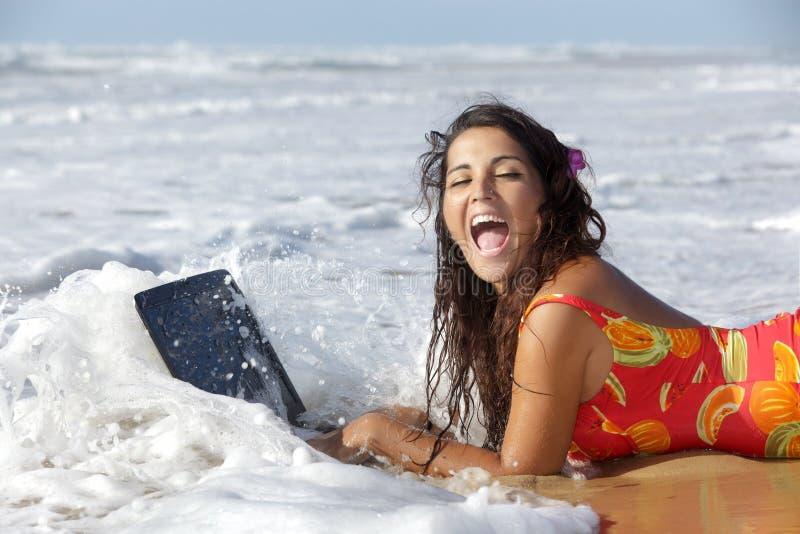Mujer con la computadora portátil del underproof imagen de archivo libre de regalías