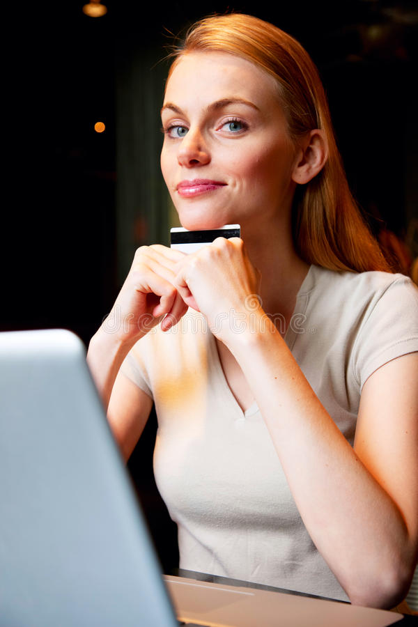 Mujer con la computadora portátil y de la tarjeta de crédito imágenes de archivo libres de regalías