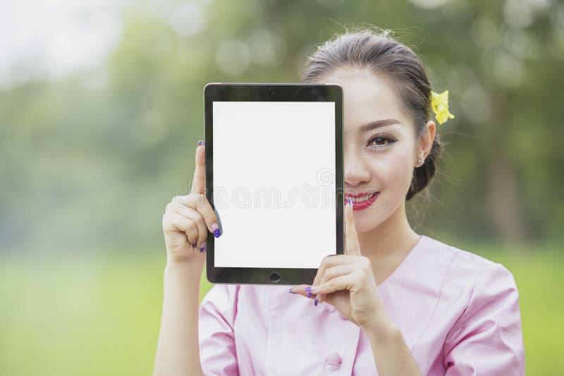 Mujer con la computadora port?til foto de archivo libre de regalías