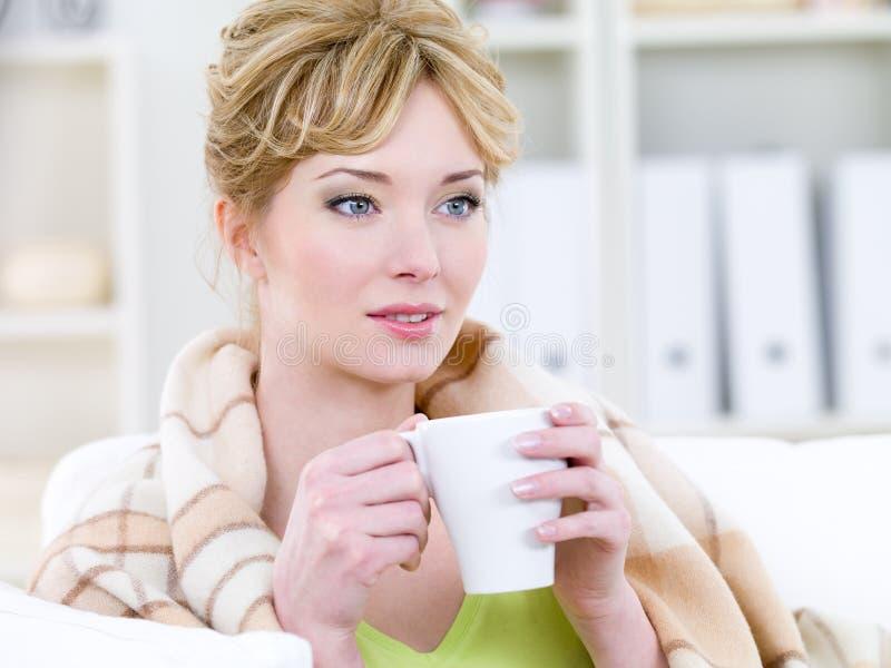 Mujer con la consumición fácil de la sonrisa fotografía de archivo libre de regalías