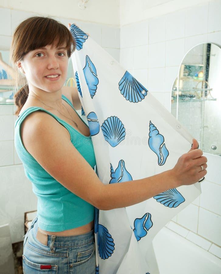 Mujer con la cortina de ducha imágenes de archivo libres de regalías