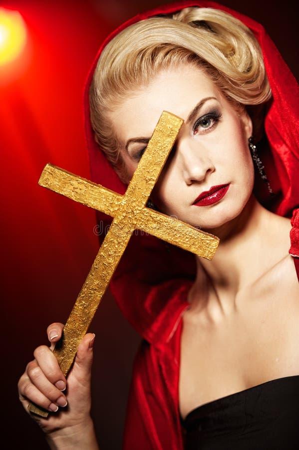 mujer con la cruz de oro. foto de archivo