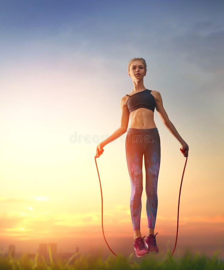 Mujer con la cuerda que salta fotografía de archivo libre de regalías