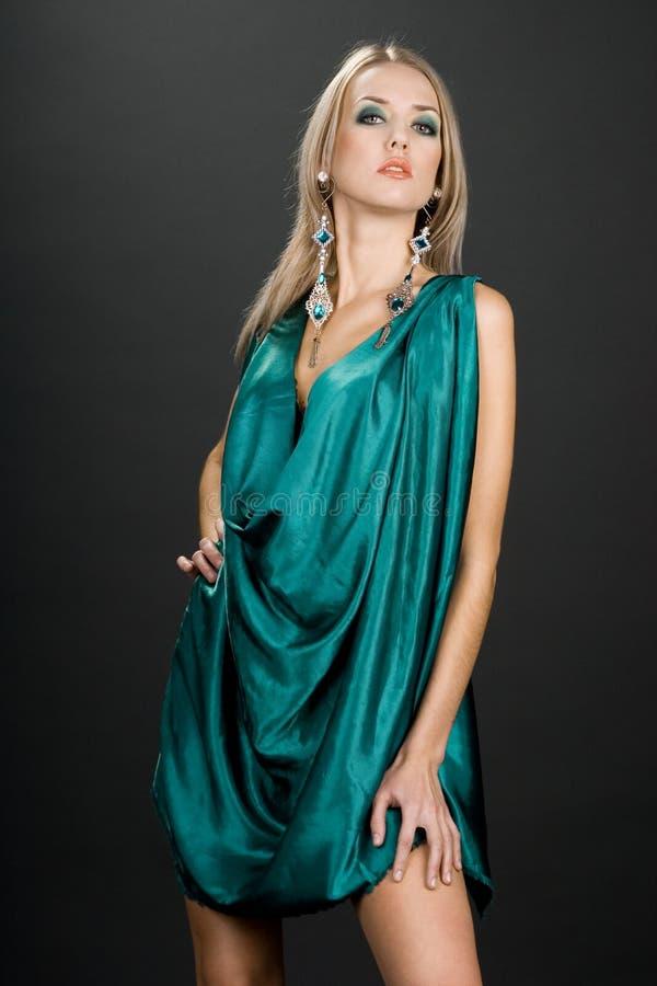 Mujer con la decoración verde imagen de archivo libre de regalías